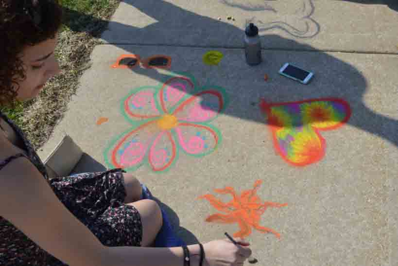 Senior+Julia+Golbeck+creates+art+on+the+sidewalk.+