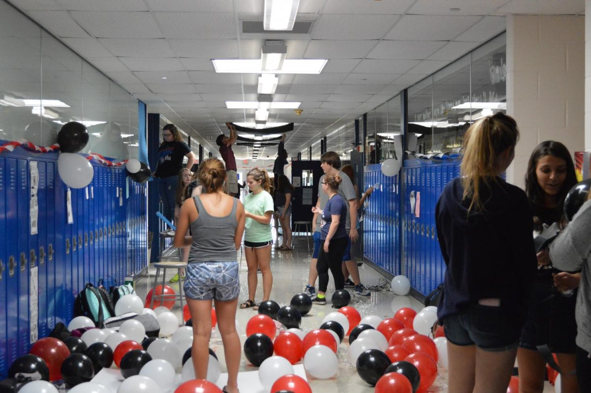 Juniors+decorate+part+of+the+B+Hallway+with+balloons+and+black+paper+to+cover+the+sky+lights.